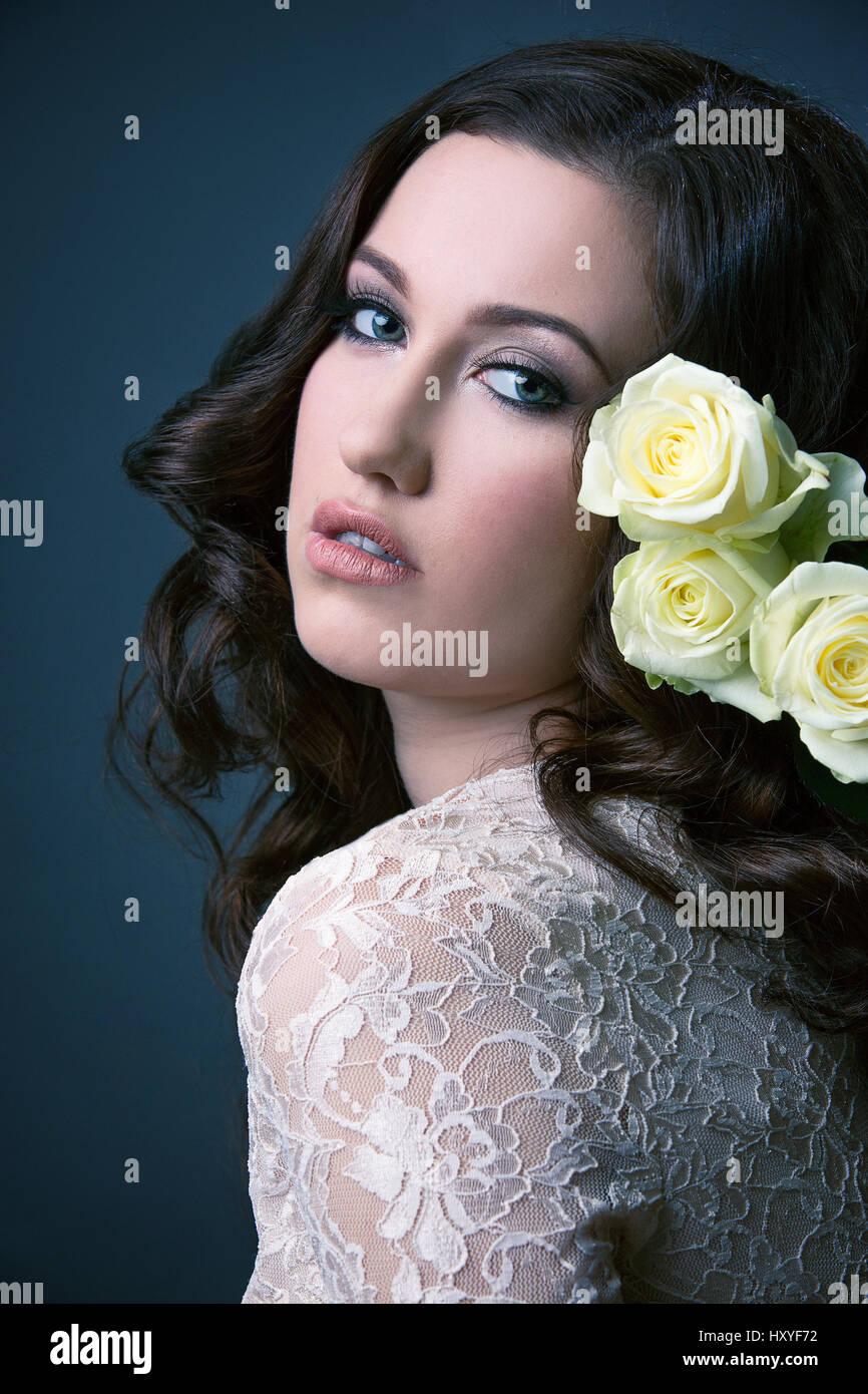 Ragazza di colore bianco che indossa Abito in pizzo con i capelli lunghi e con  una rosa in her hair 3214d14f04e