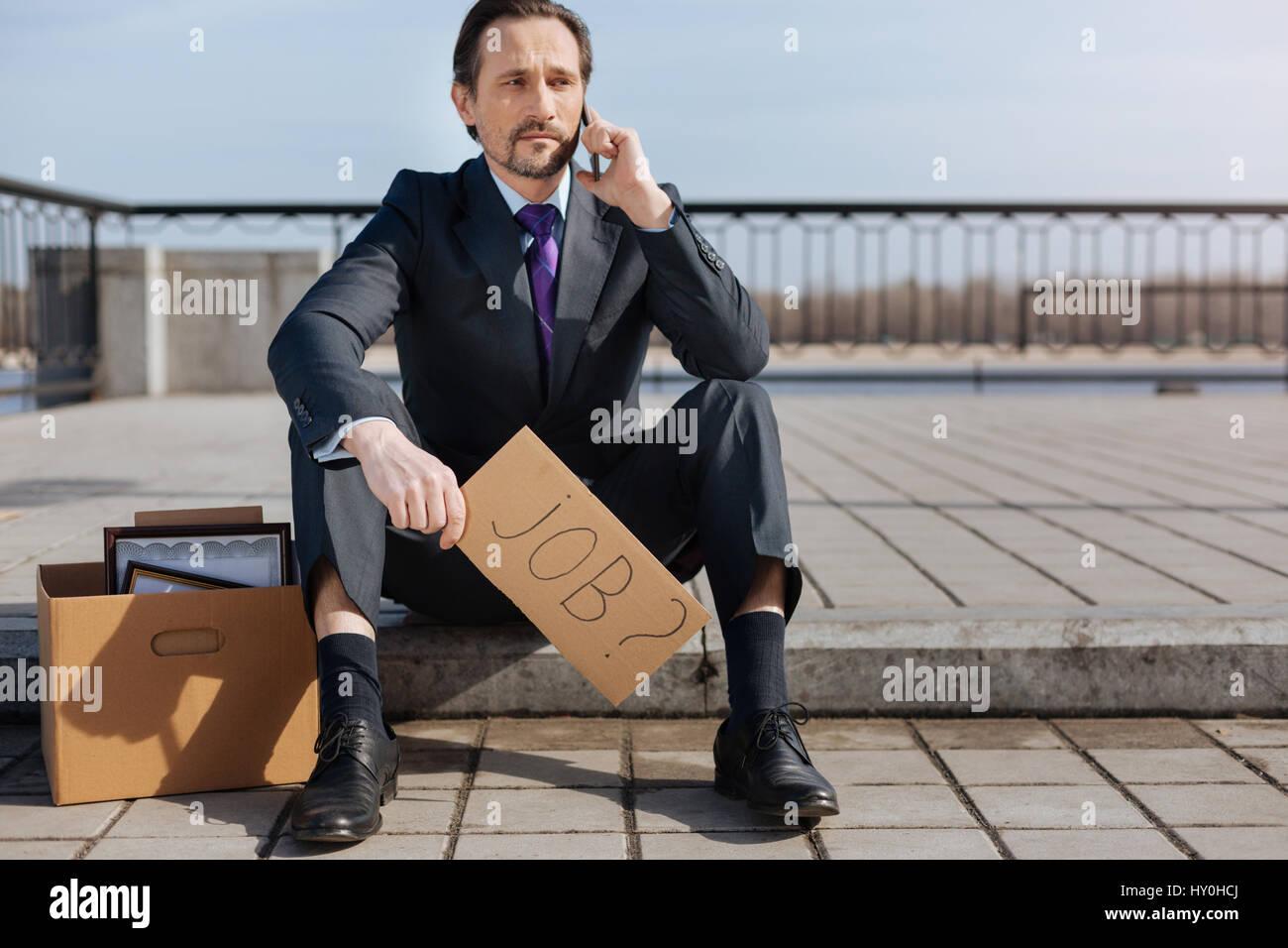 Uomo di disoccupati in attesa di nuovi posti vacanti Immagini Stock