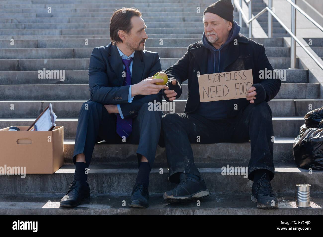 Disoccupati e senzatetto seduto accanto a ciascun altro Immagini Stock