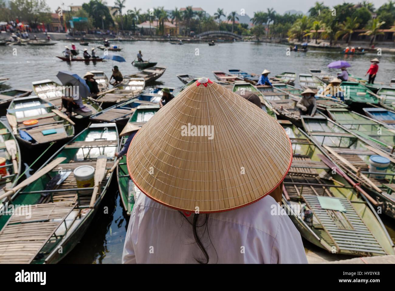 Vietnamita non identificato donna che guarda oltre le sue barche indossando  un tradizionale vietnamita cappello Immagini c16742a5193d