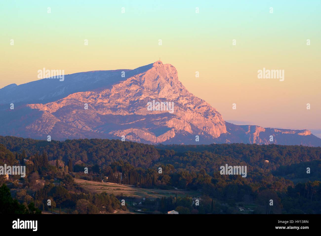 Mont Sainte-Victoire o Montagne Sainte-Victoire, un iconico montagna vicino a Aix-en-Provence frequentemente dipinta Immagini Stock