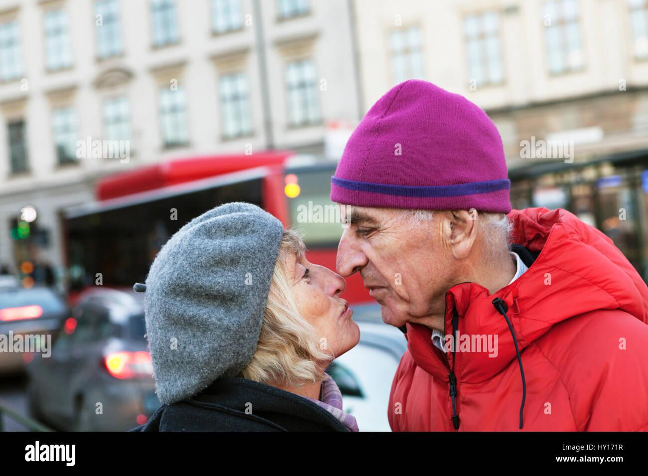 La Svezia, Stoccolma, sodermalm, senior giovane baciare in strada Immagini Stock