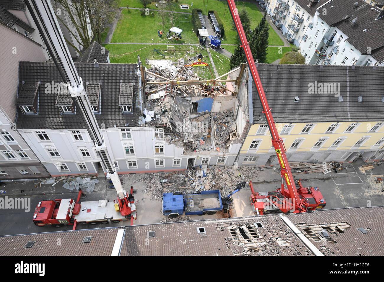 Dortmund, Germania. 1 apr, 2017. Gru a stare di fronte ad un edificio con appartamenti che era stato distrutto in Foto Stock