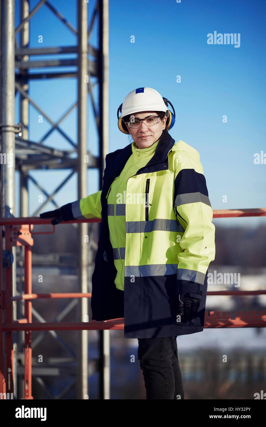 La Svezia, donna in abbigliamento protettivo guardando la fotocamera Immagini Stock
