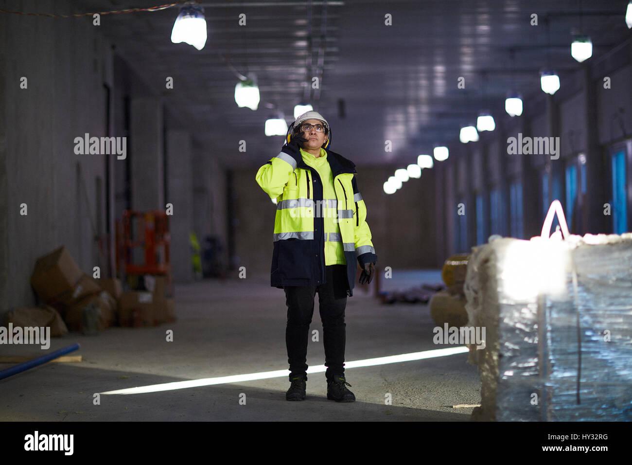 La Svezia, donna in abbigliamento protettivo usando il telefono Immagini Stock