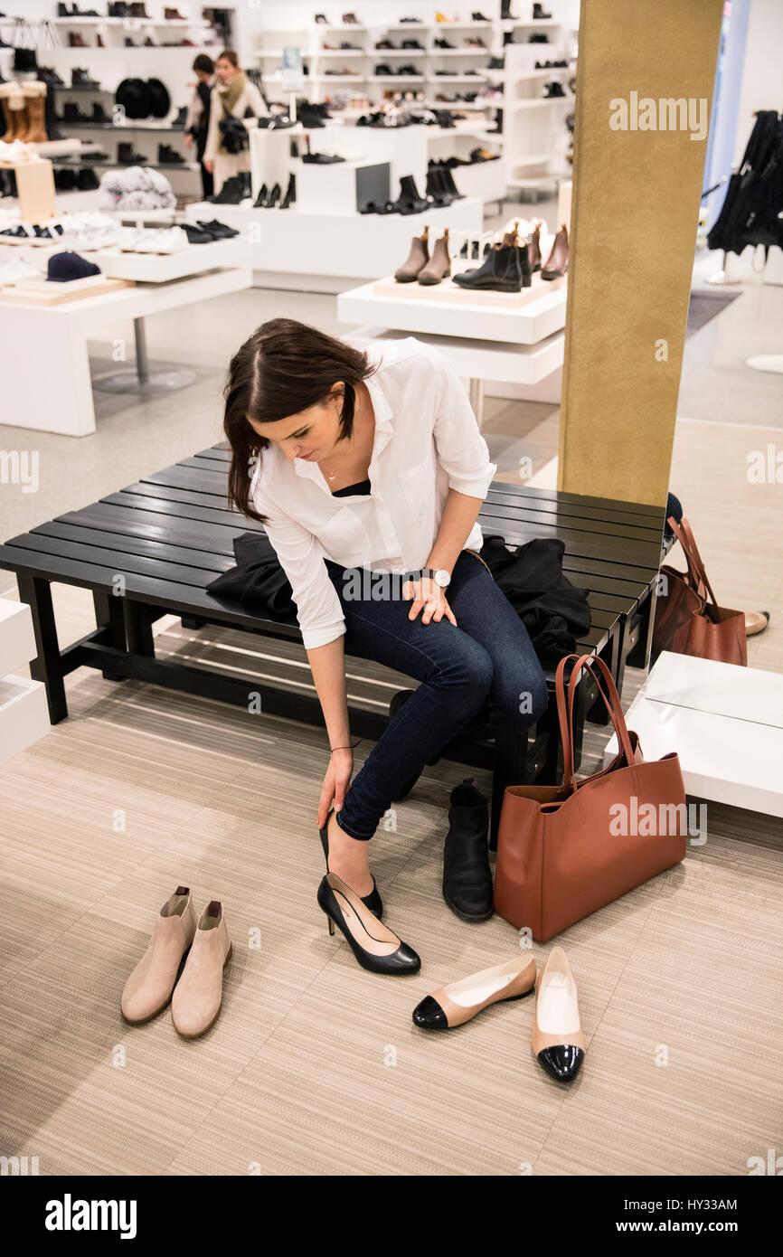 La Svezia, donna cercando su scarpe in negozio Immagini Stock