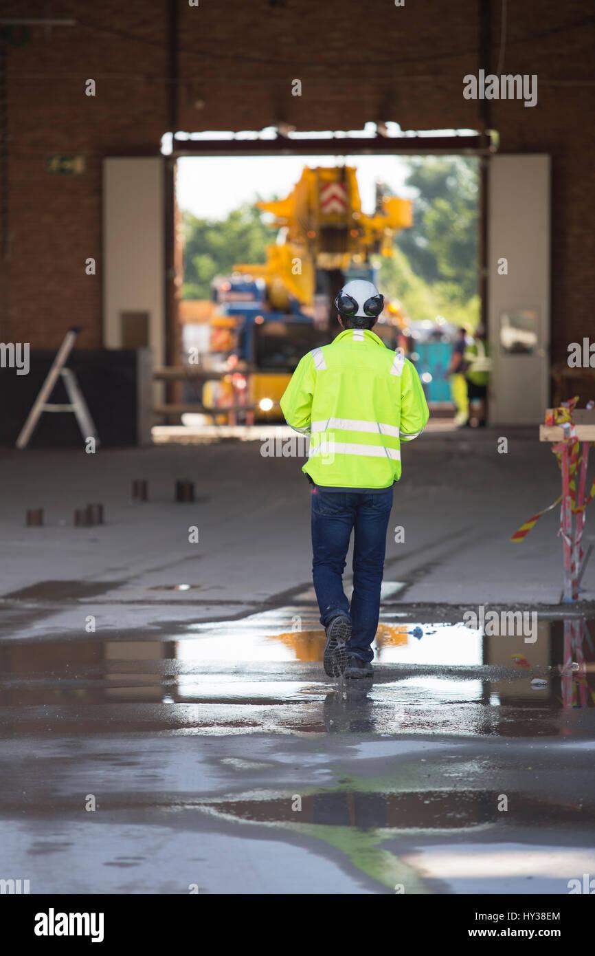La Svezia, uomo a camminare nel sito in costruzione Immagini Stock