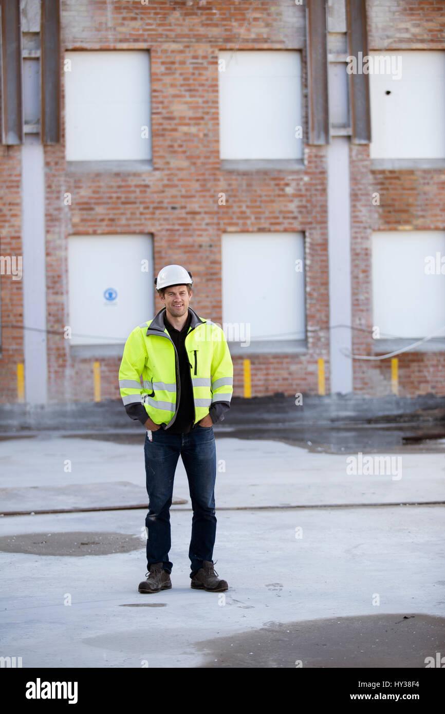 La Svezia, ritratto di uomo con la costruzione in background Immagini Stock