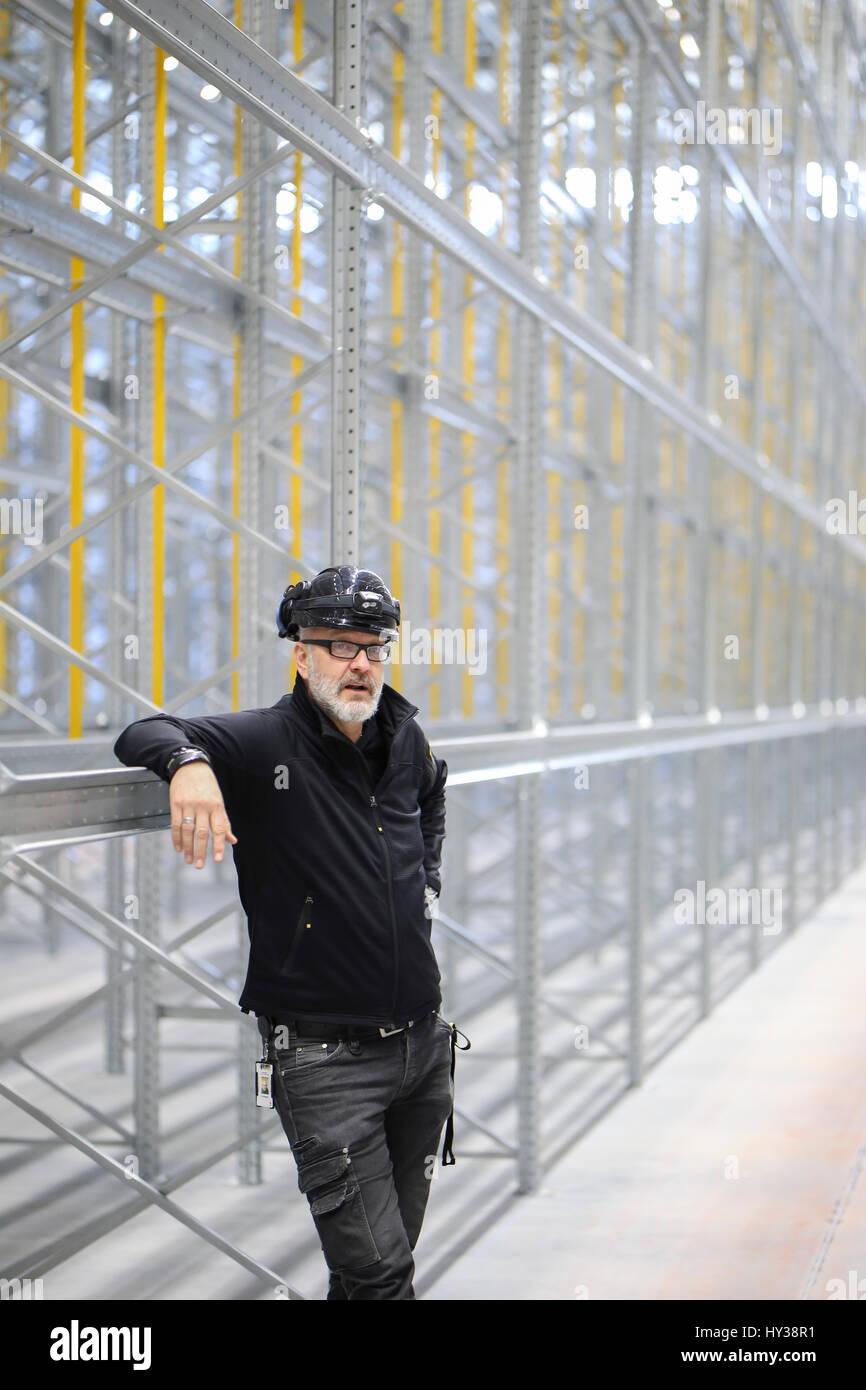 La Svezia, l'uomo in piedi di fronte di costruzione Immagini Stock