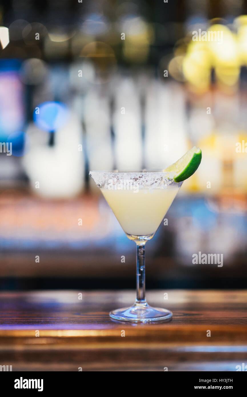 Vetro del classico cocktail Margarita con un cuneo di calce Immagini Stock