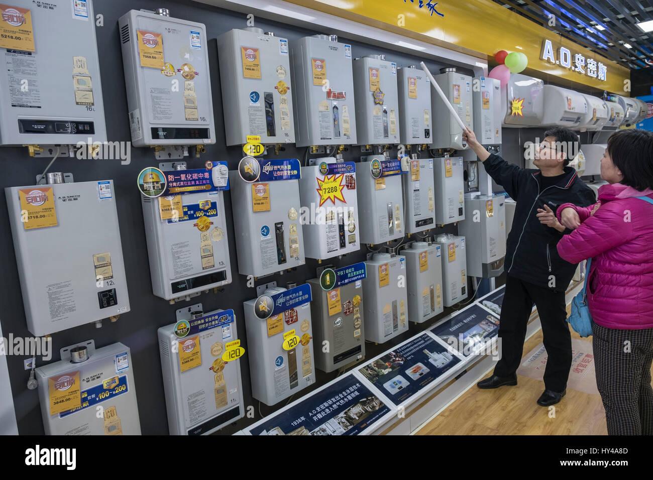 A.O. Smith di acqua calda sono in vendita in un B&Q store a Pechino in Cina. Immagini Stock