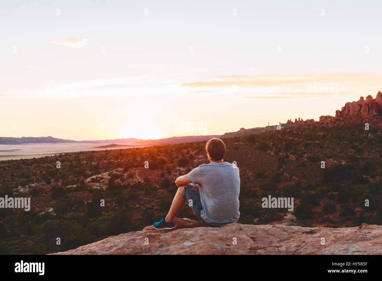 Stati Uniti d'America, Utah, Moab, uomo guardando a vista in Arches National Park Immagini Stock