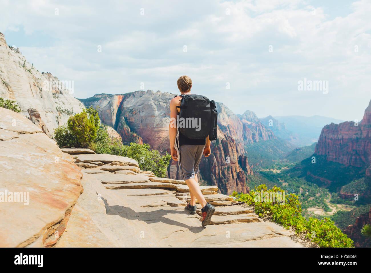 Stati Uniti d'America, Utah, uomo escursioni nel Parco Nazionale di Zion Immagini Stock