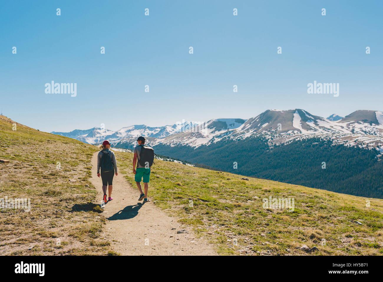 Stati Uniti d'America, colorado, Rocky Mountain National Park, due persone escursioni in montagna Immagini Stock