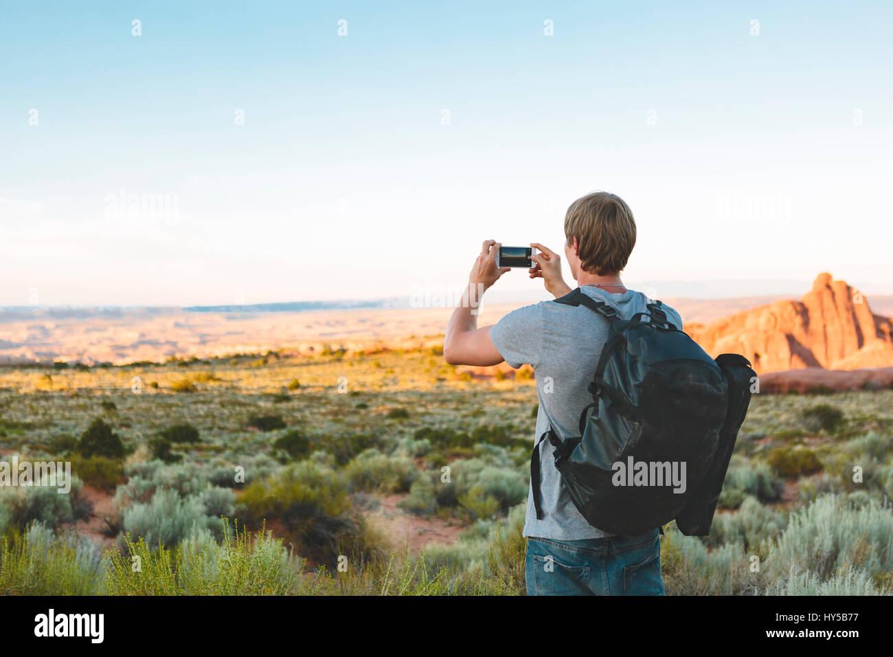 Stati Uniti d'America, Utah, Moab Arches National Park, l'uomo a fotografare il paesaggio Immagini Stock