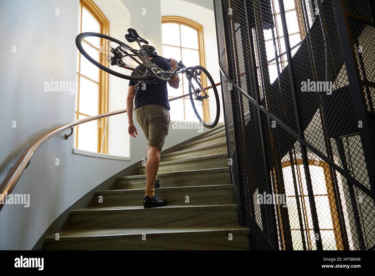 La Svezia, il ciclista che porta bici sui passi Immagini Stock