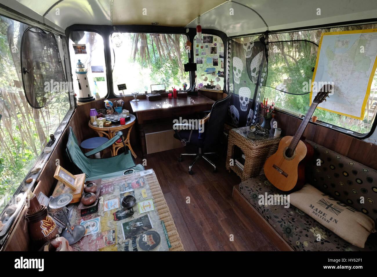 Backpacker Justine è di stare in un vecchio autobus in Paphos, Cipro. Il bus è stato fornito come un alloggio Immagini Stock