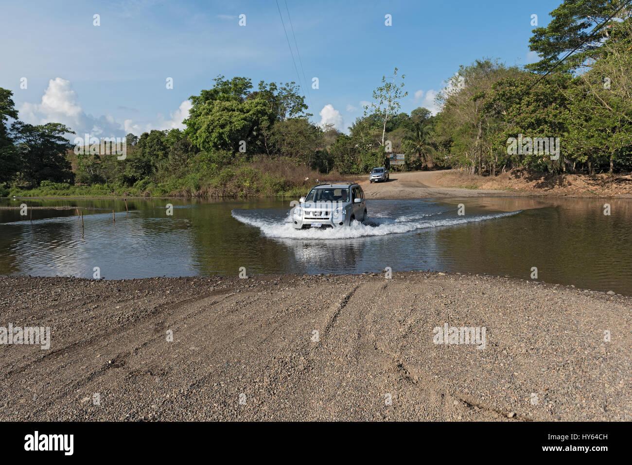 Auto a un attraversamento di Fiume nei pressi di Drake, Costa Rica Foto Stock