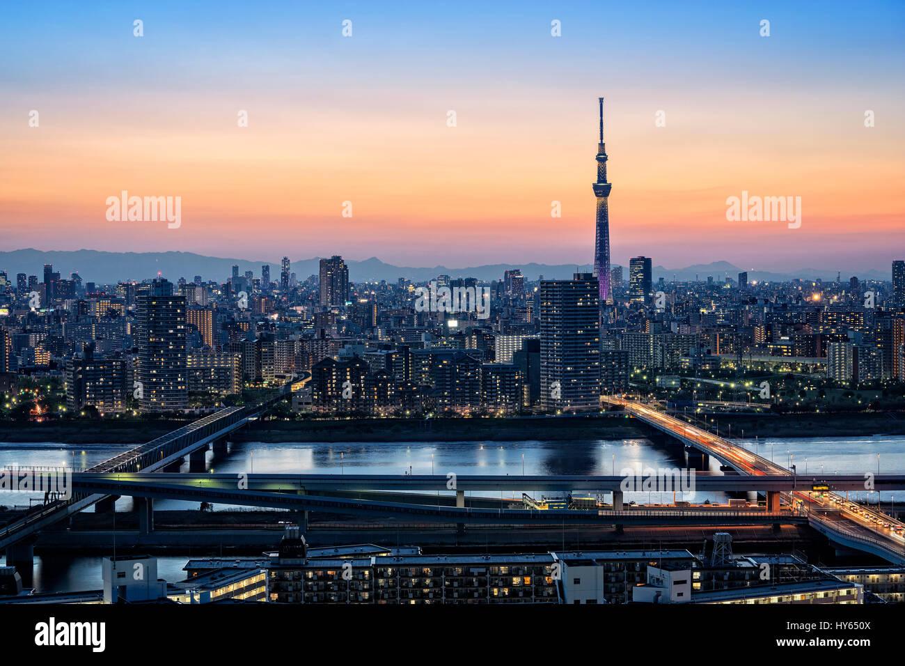 Giappone, isola di Honshu, Kanto, Tokyo, il tramonto sopra la città. Immagini Stock