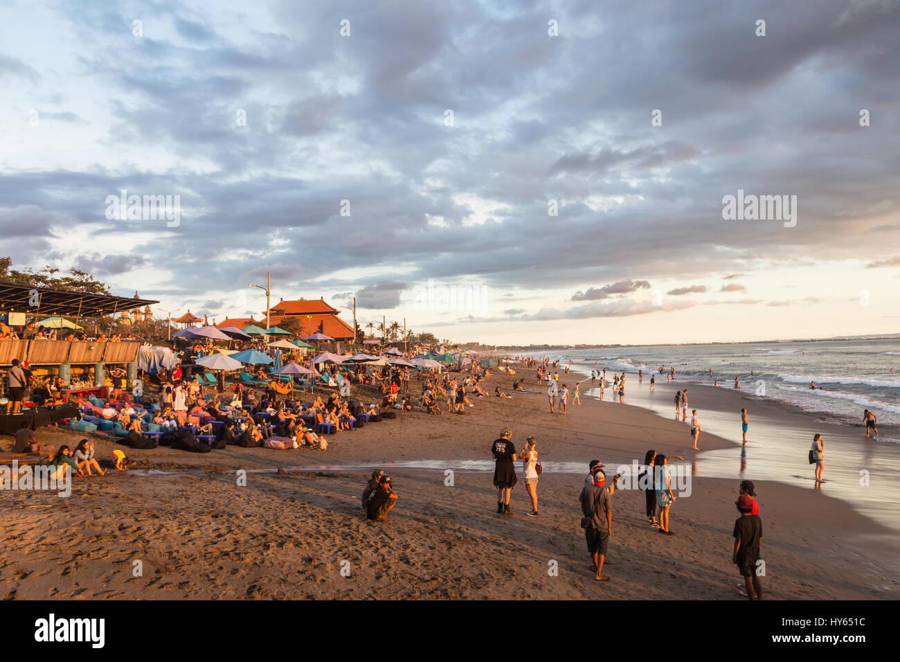 BALI, Indonesia - 18 febbraio 2017: una folla di turisti e backpackers Godetevi il tramonto in un bar sulla spiaggia Foto Stock
