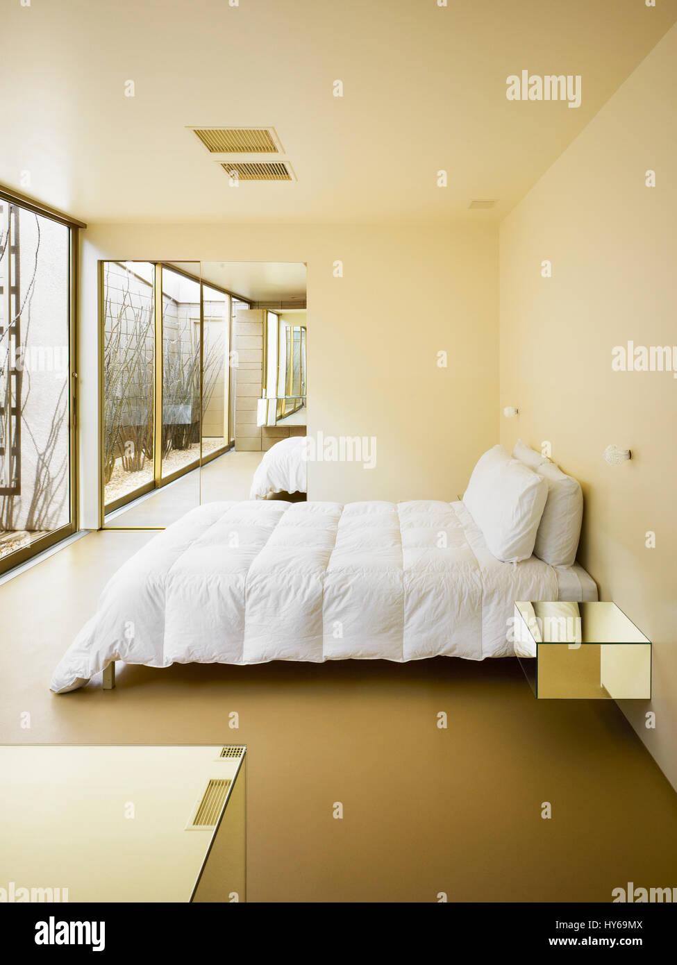 Camera da letto con armadio con specchi in background. Acido Dorado ...