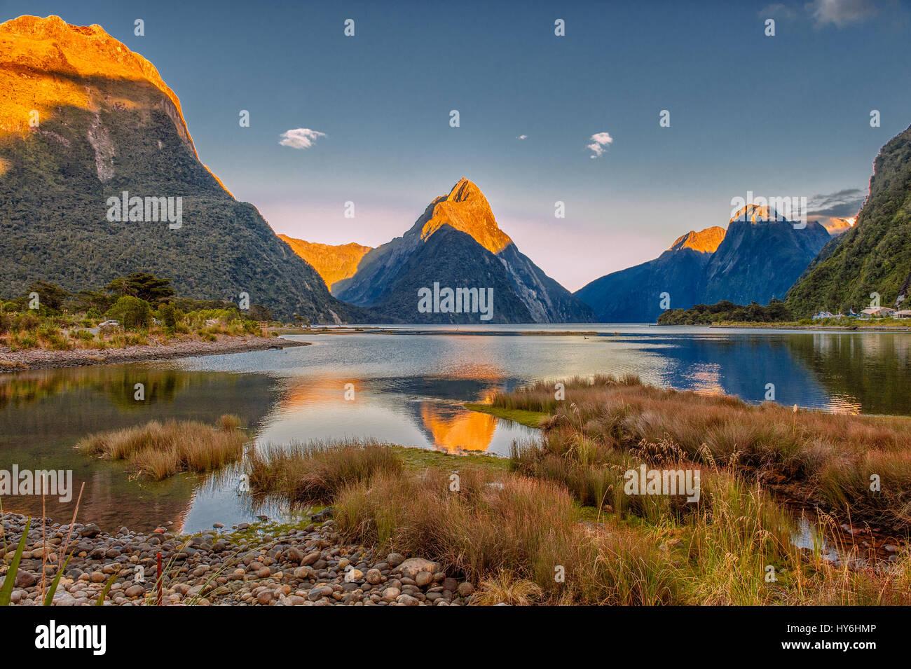 Alba a Milford Sound, Fiordlands National Park, Nuova Zelanda Immagini Stock
