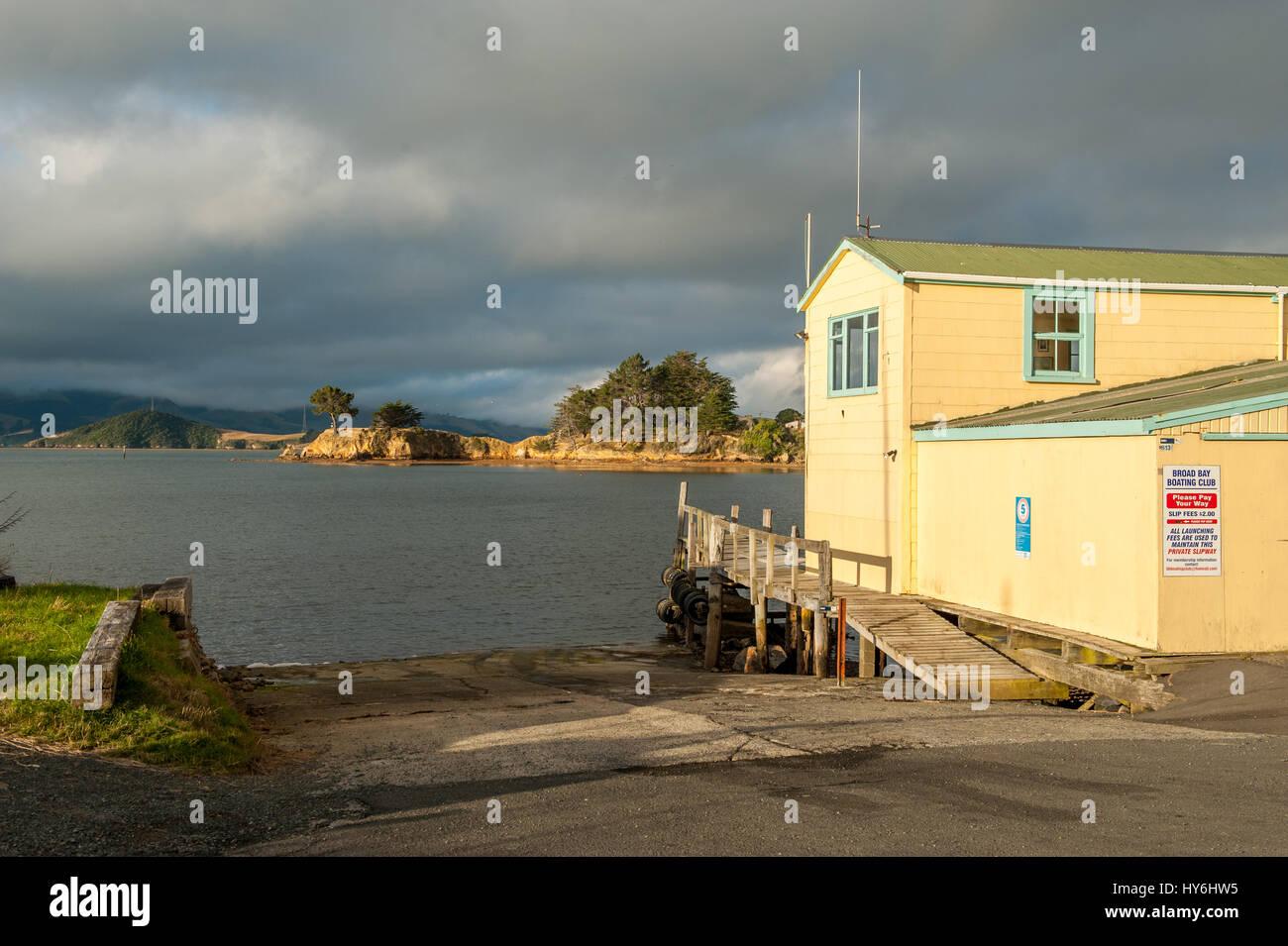 Case Battello a Penisola di Otago e porto di Otago durante il tramonto a est di Dunedin, Nuova Zelanda Foto Stock