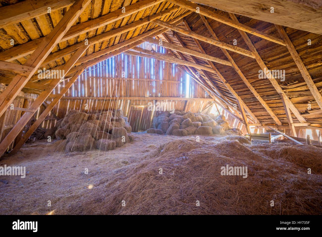 Hay loft nel vecchio fienile in Svezia. Immagini Stock