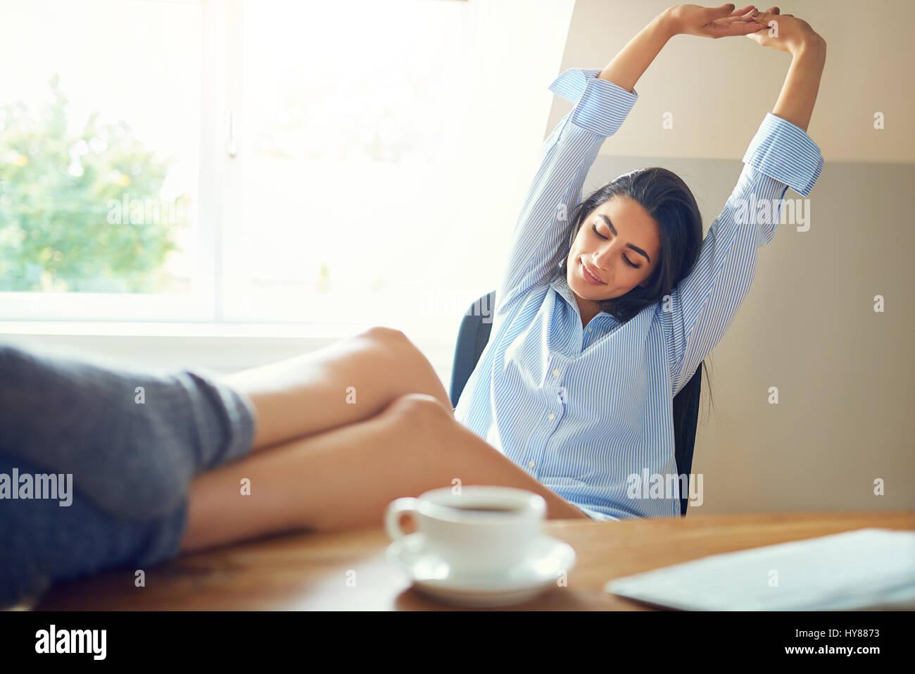 Business woman relaxing feet on immagini business woman for Immagini di casa di 2000 piedi quadrati
