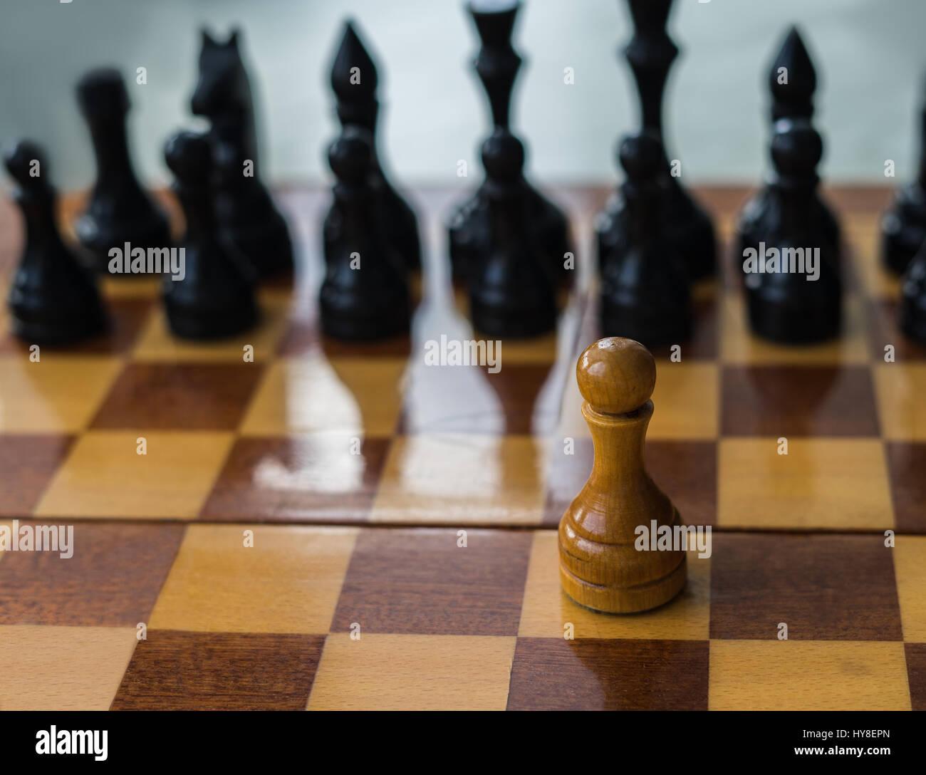 Bianco pedina di scacchi da solo su una scacchiera. foto concettuale di combattere da soli e di superare le difficoltà Immagini Stock