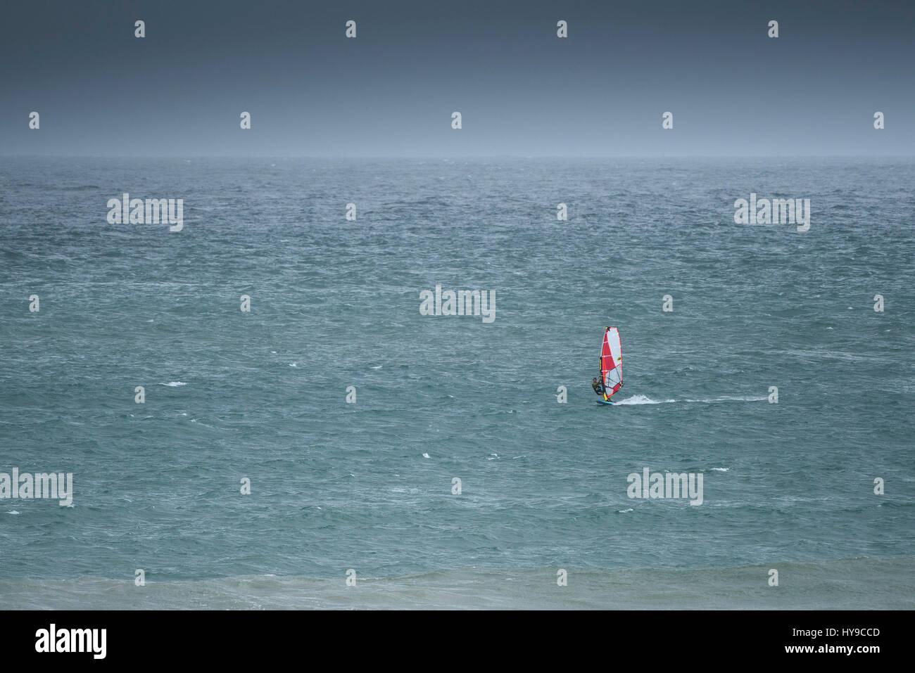 Windsurf sport acquatici di mare le attività per il tempo libero Hobby sport estremo; Oceano equilibrio di Immagini Stock