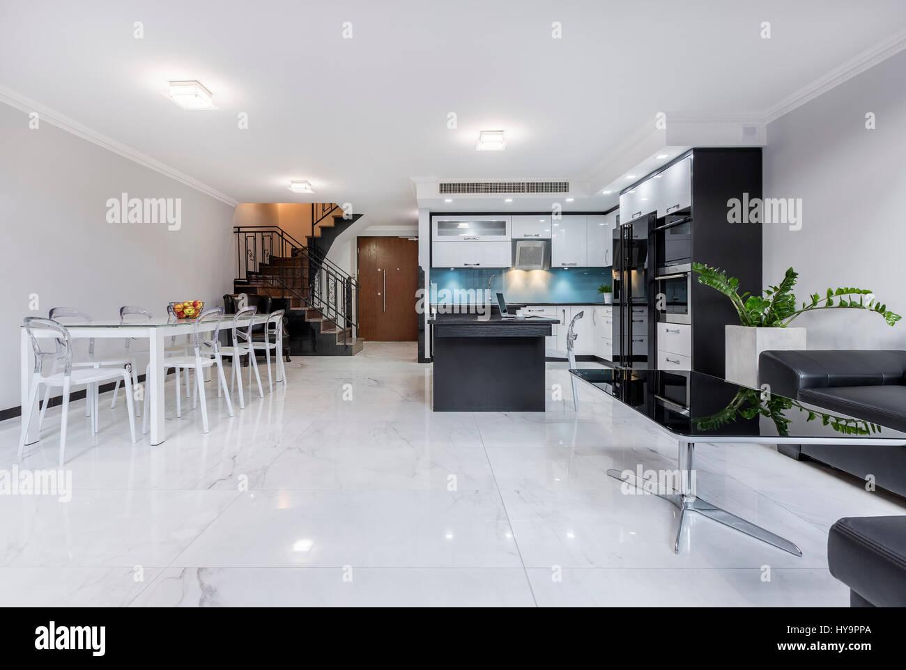 Edificio moderno, bianco, piano aperto appartamento con ...