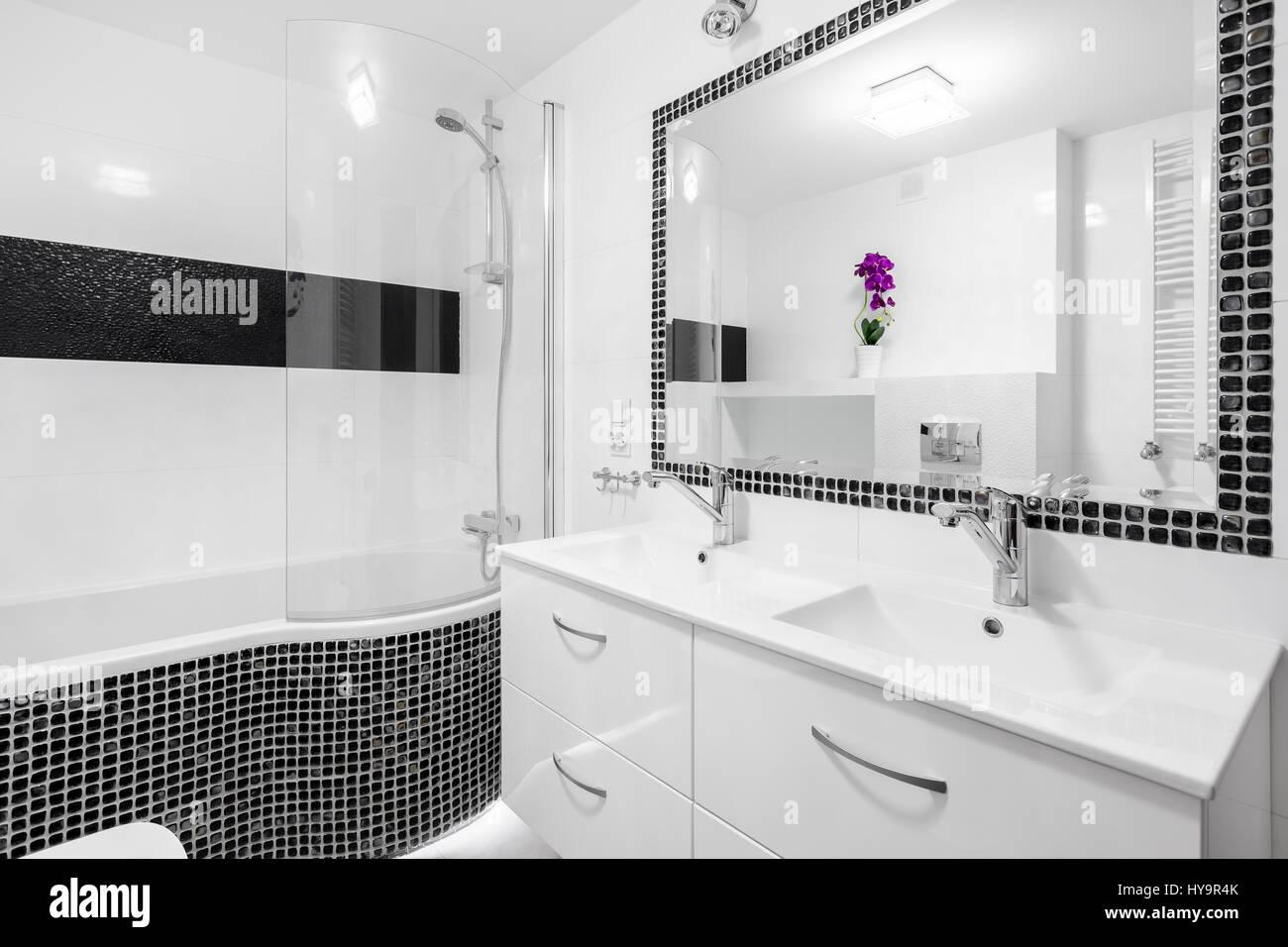 In bianco e nero il lusso del bagno con piastrelle a mosaico