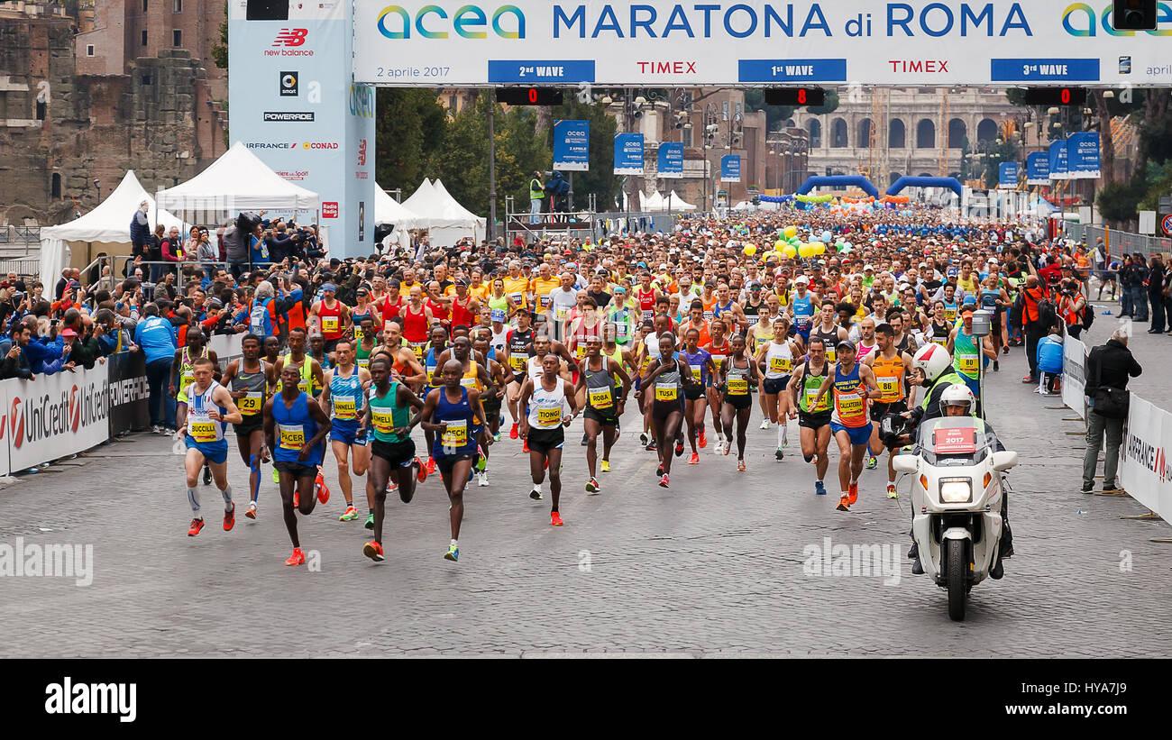 Roma, Italia - 2 Aprile 2017: la partenza degli atleti sulla Via dei Fori Imperiali, il Colosseo sullo sfondo. In Immagini Stock