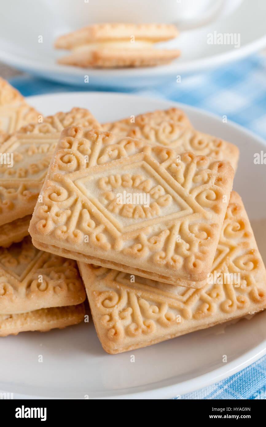 Crema pasticcera creme un popolare aromatizzato alla vaniglia riempito British biscuit primo fabbricato in 1908 Foto Stock
