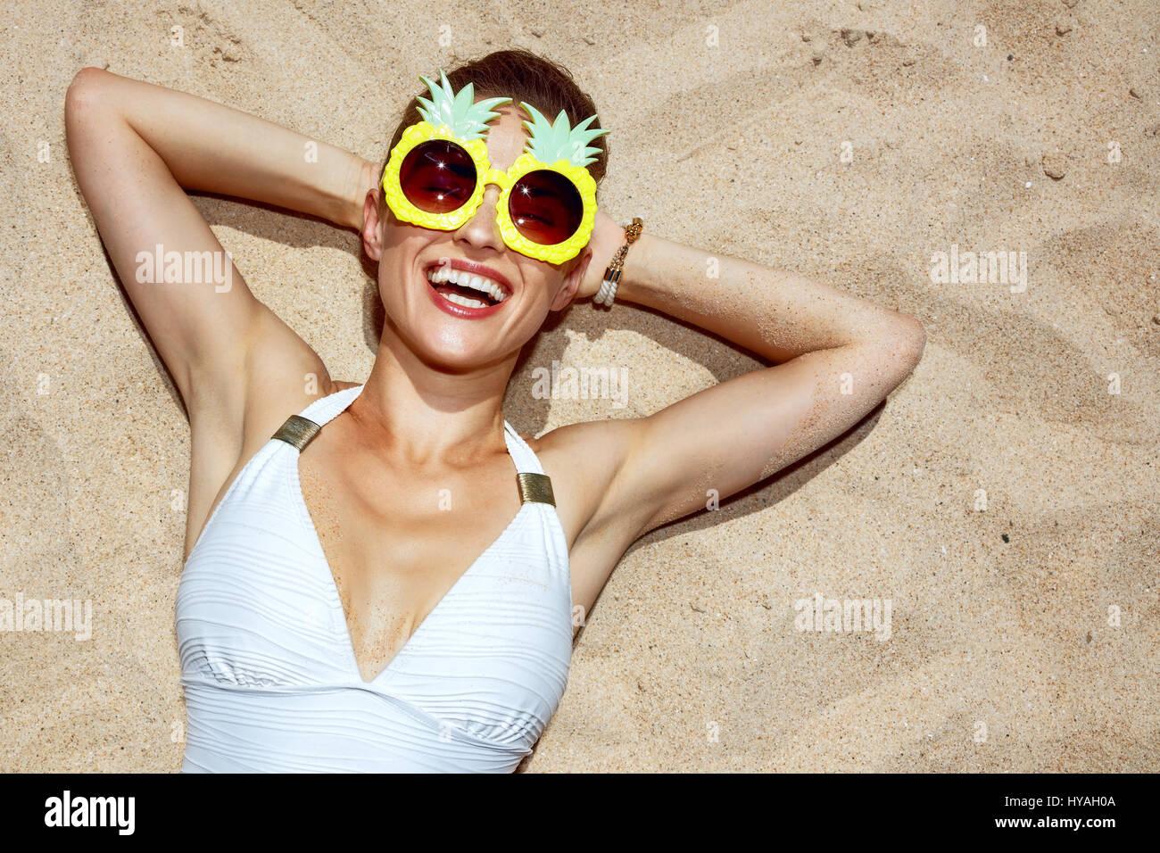 Calda sabbia di trattamento ritratto di donna sorridente in