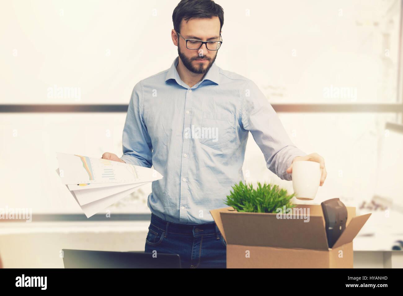 La perdita del posto di lavoro - cotto - uomo di mettere le sue cose in scatola di cartone Immagini Stock