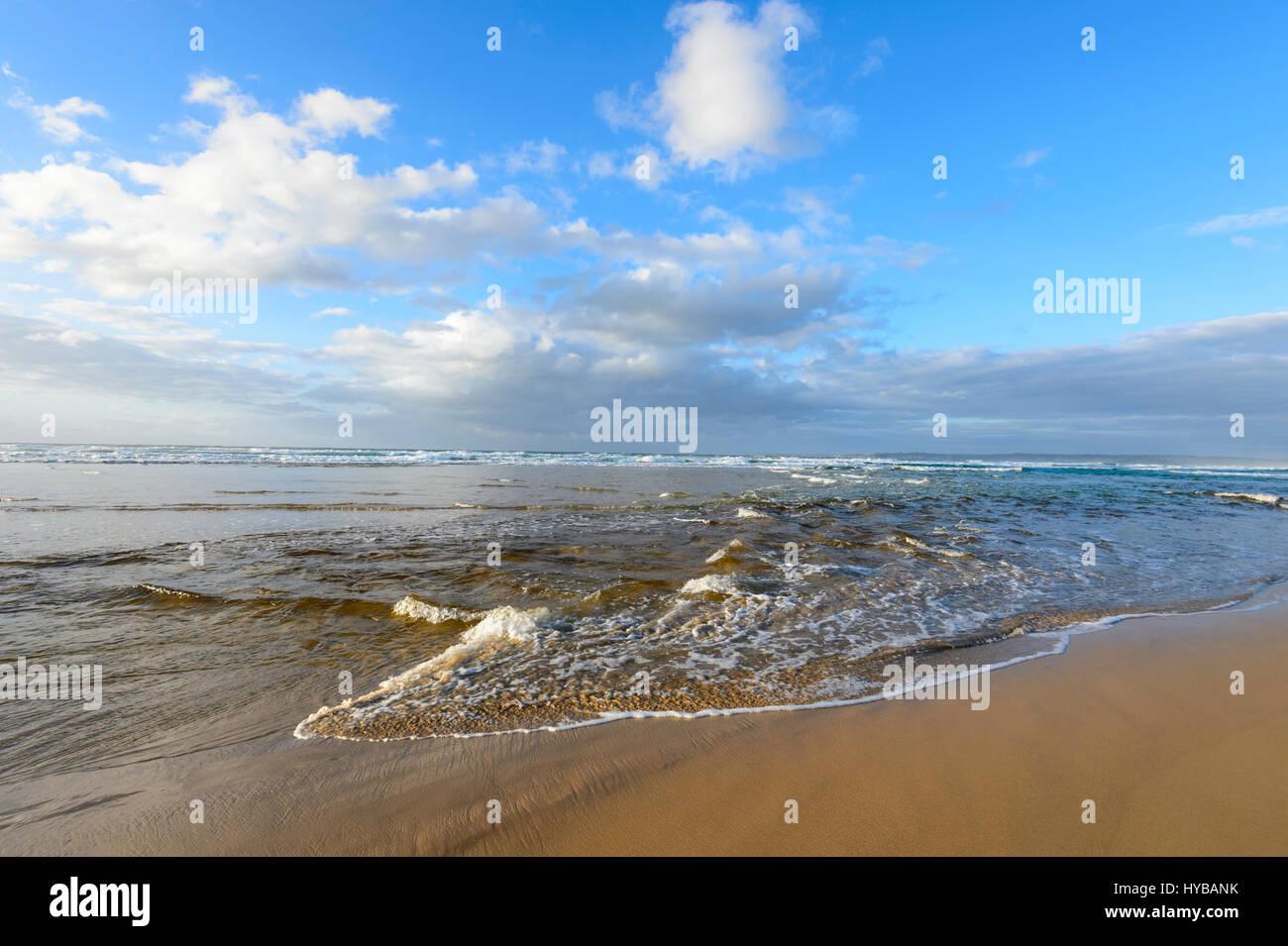 Dolce Sciabordare di onde a Conjola Beach, South Coast, Nuovo Galles del Sud, NSW, Australia Immagini Stock