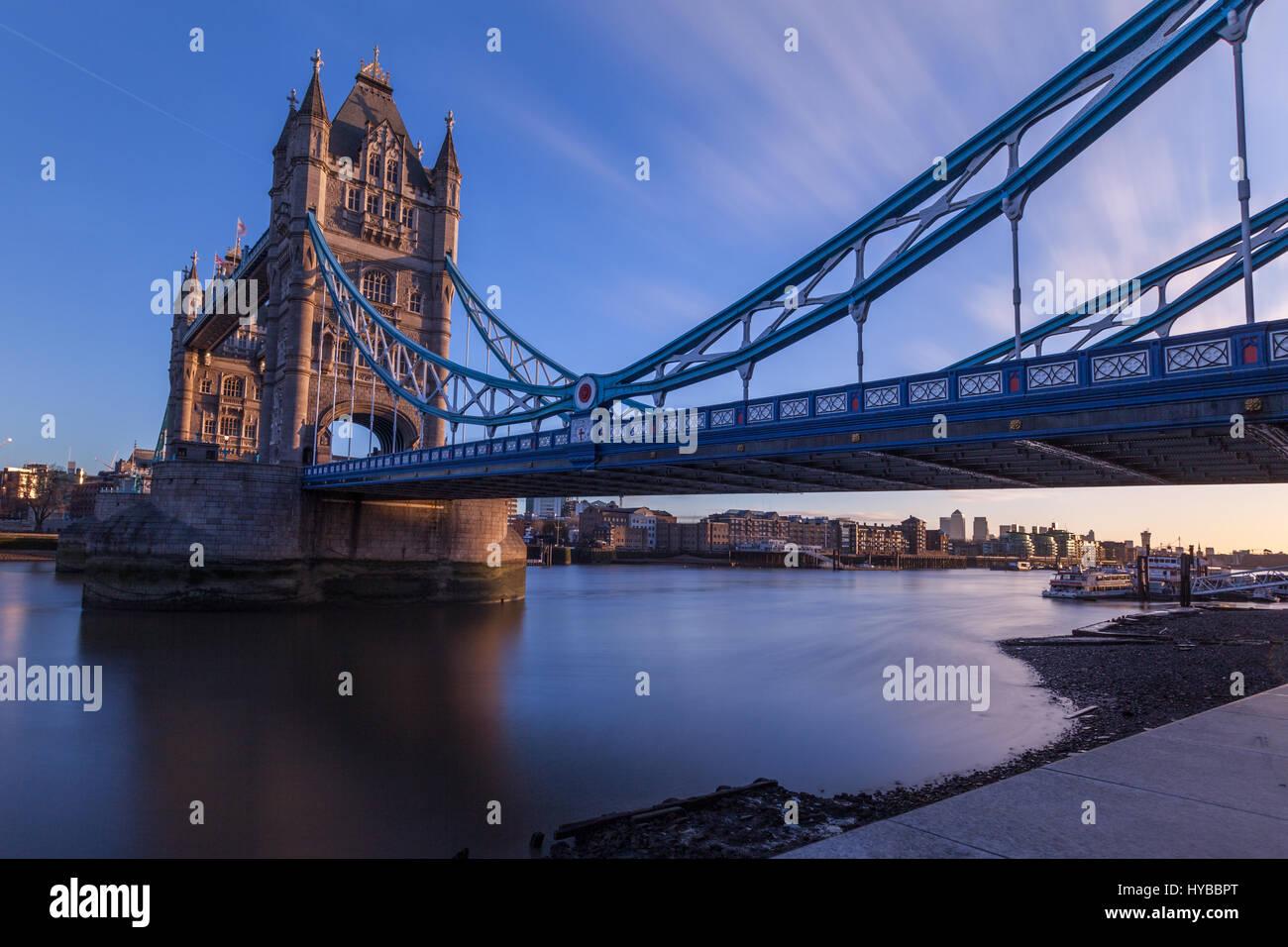 Il Tower Bridge di Londra si vede a sunrise. Londra, Regno Unito Immagini Stock