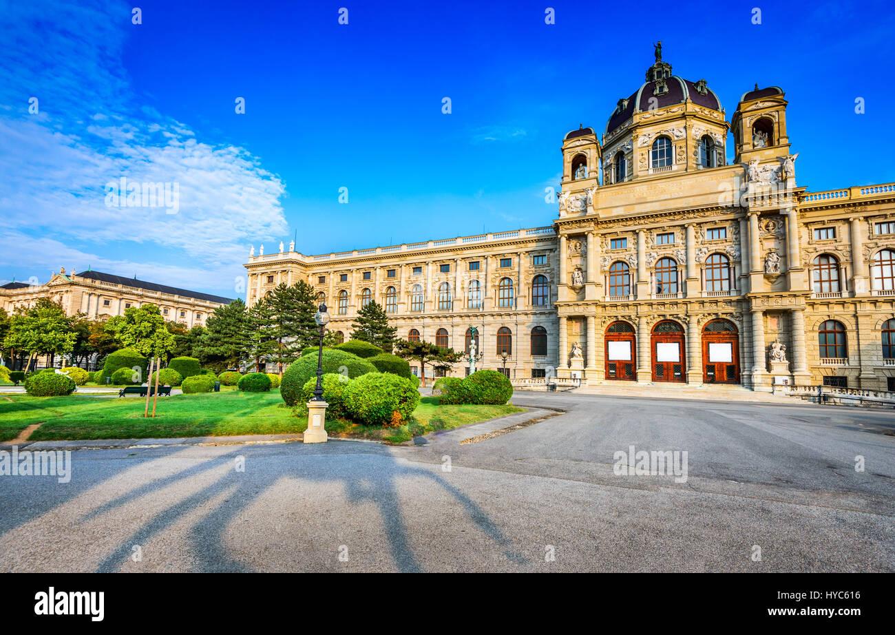 Vienna, Austria. splendida vista del famoso Naturhistorisches Museum (museo di storia naturale) con parco maria Immagini Stock