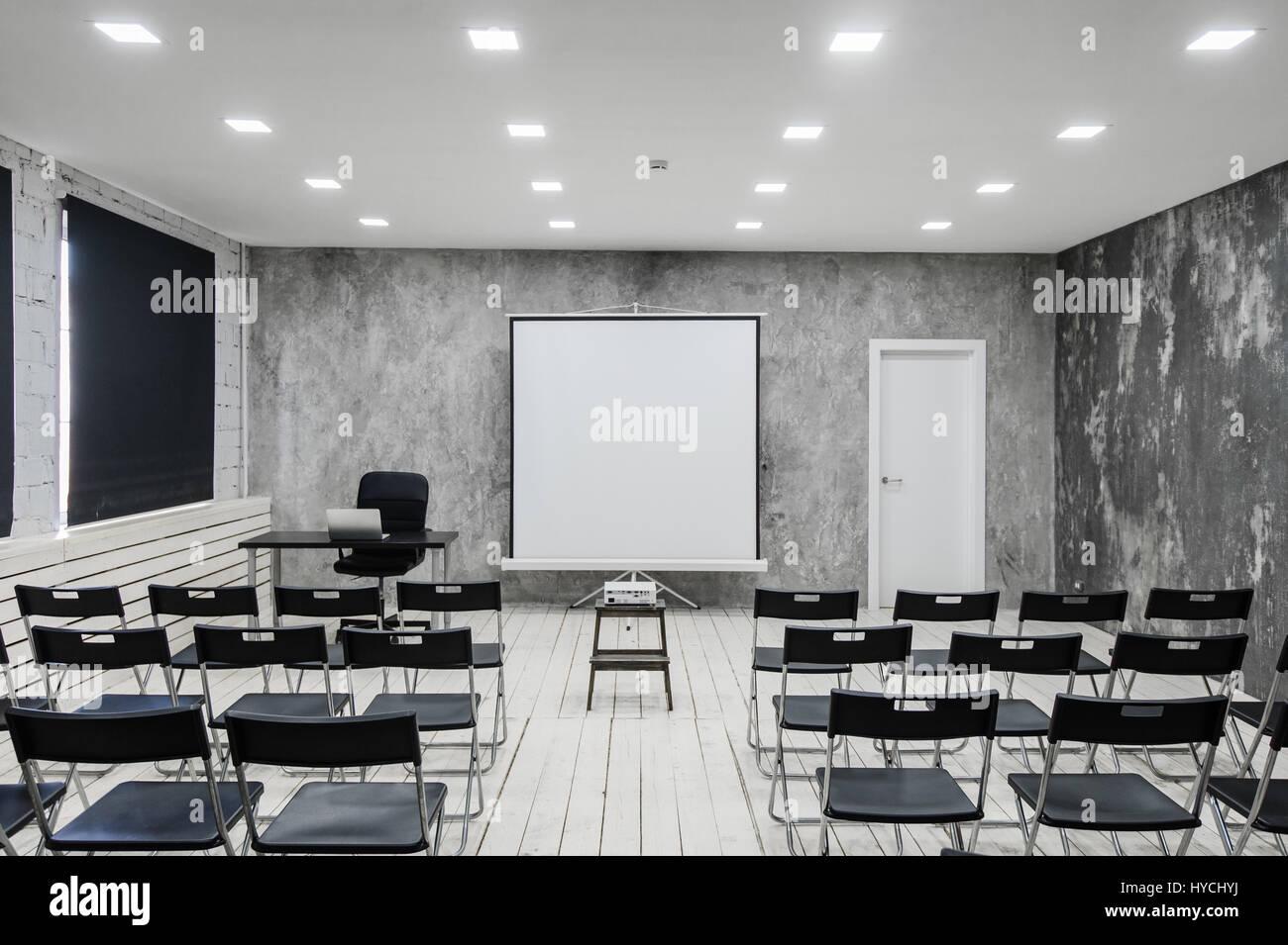 Sala Per Conferenza Con Un Sacco Di Sedie Scuro Le Pareti