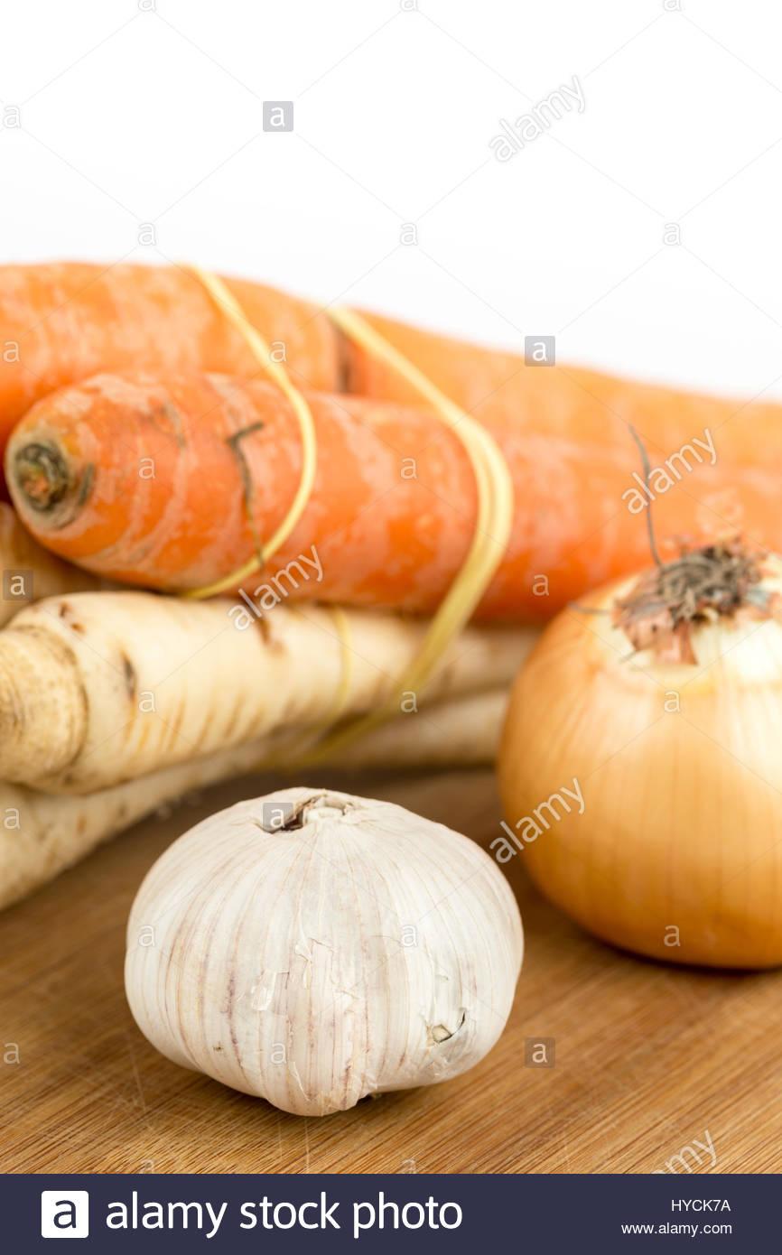 Pastinaca cipolla carota aglio vegetali per preparare la zuppa domestica. Immagini Stock