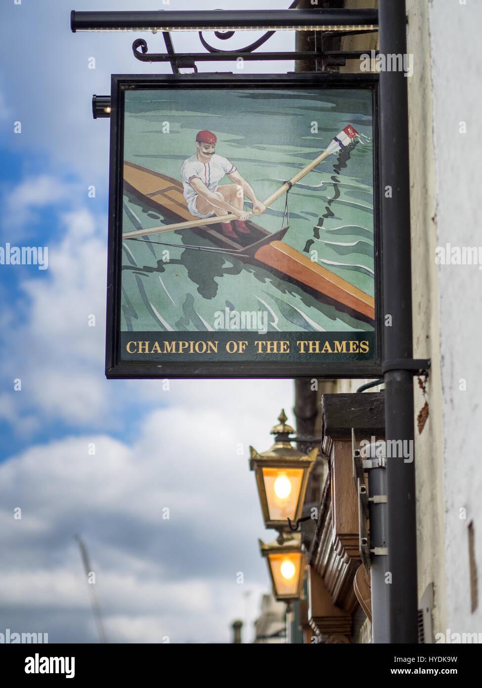 Segno per il campione del Tamigi pub in King Street Cambridge. Chiamato dopo un c19 Thames gara conquistando sculler Immagini Stock