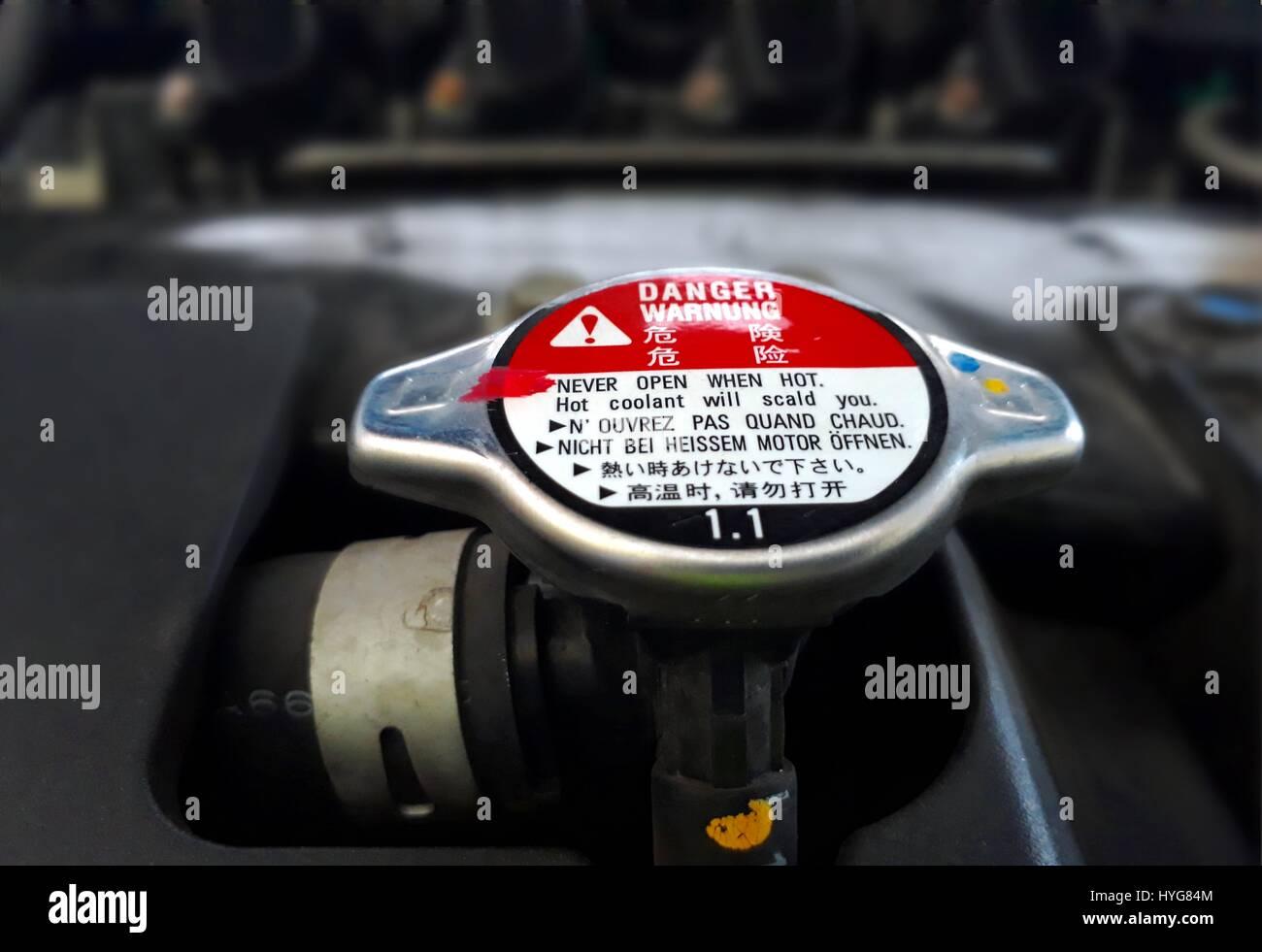 cercare scarpe da ginnastica a buon mercato design innovativo Auto il tappo del radiatore con un cartello di segnalazione ...