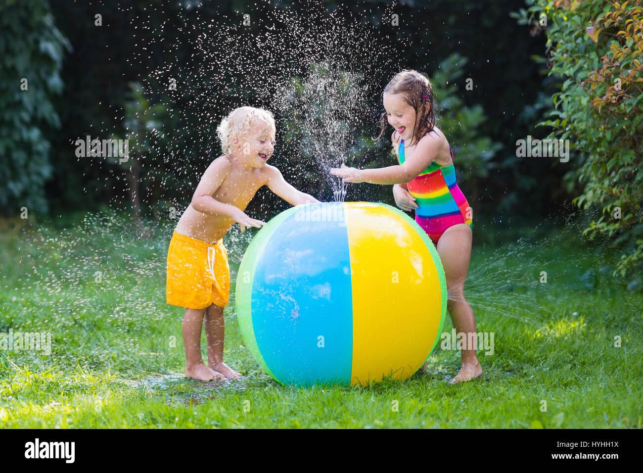 Bambino Che Gioca Con La Palla Giocattolo Giardino