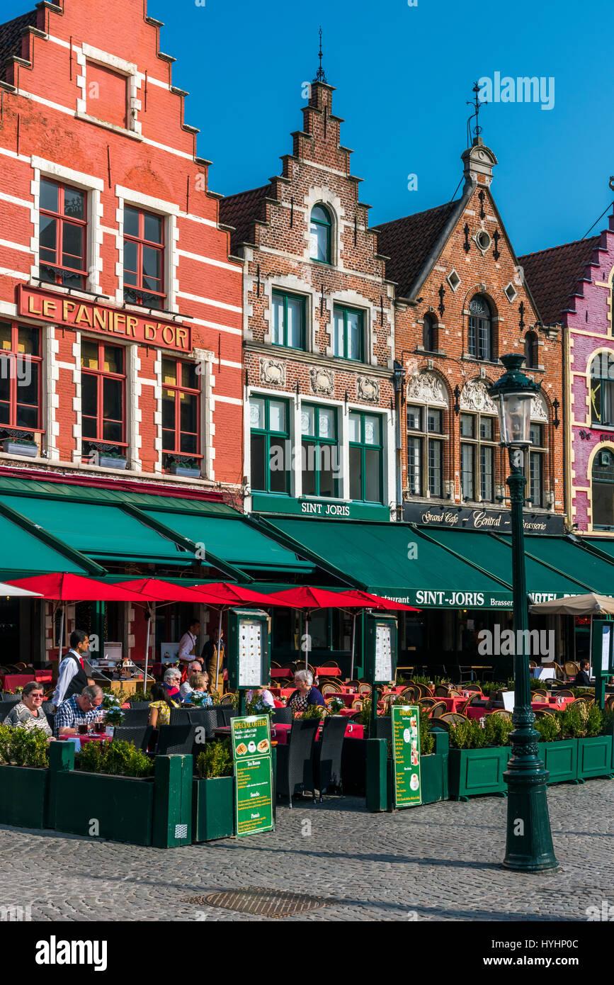 Outdoor cafe in Markt o sulla piazza del mercato di Bruges, Fiandre Occidentali, Belgio Foto Stock