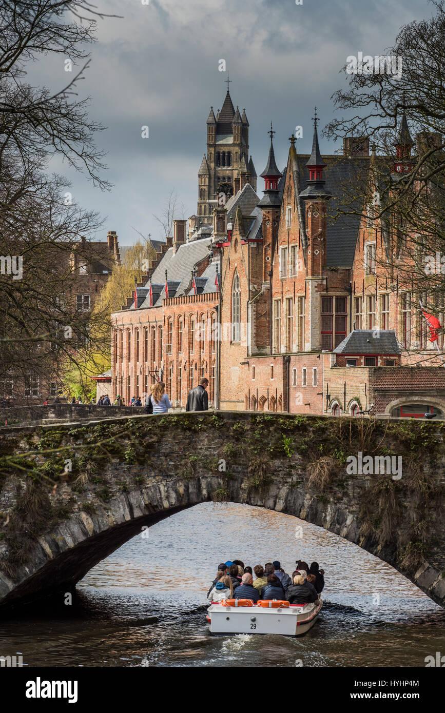 Imbarcazione turistica in Dijver canal, Bruges, Fiandre Occidentali, Belgio Foto Stock