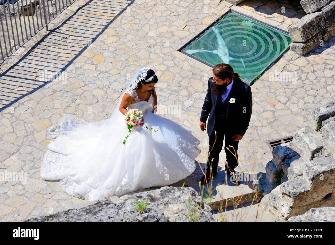Photo snap a sorpresa una coppia sposata nel villaggio di pietre - Agosto 20 2016 Matera, Italia Immagini Stock