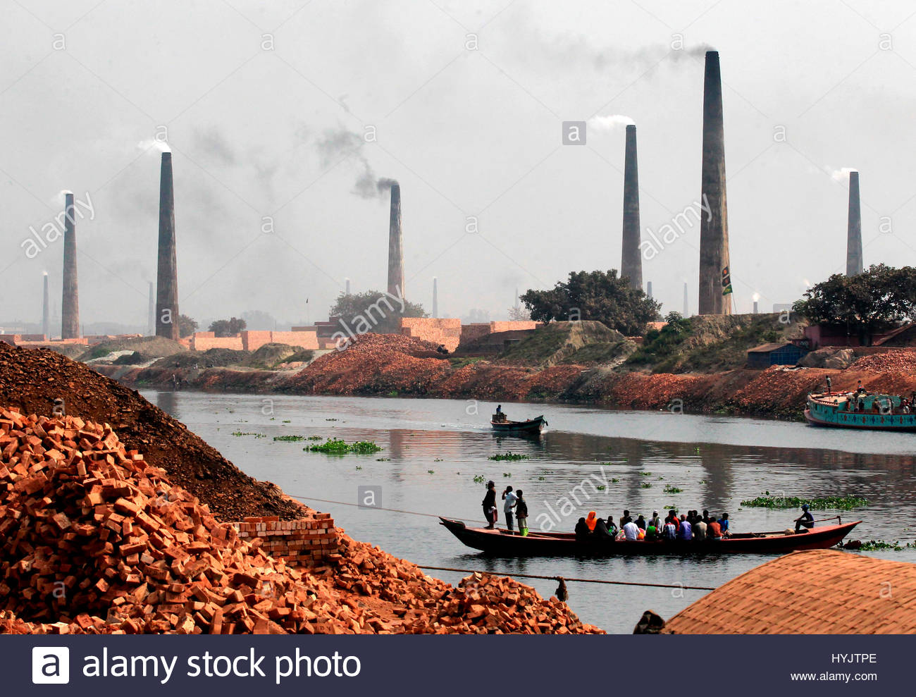 Fonte di inquinamento vivo : forni di mattone di inficiare l'ambiente di una vasta area o Immagini Stock