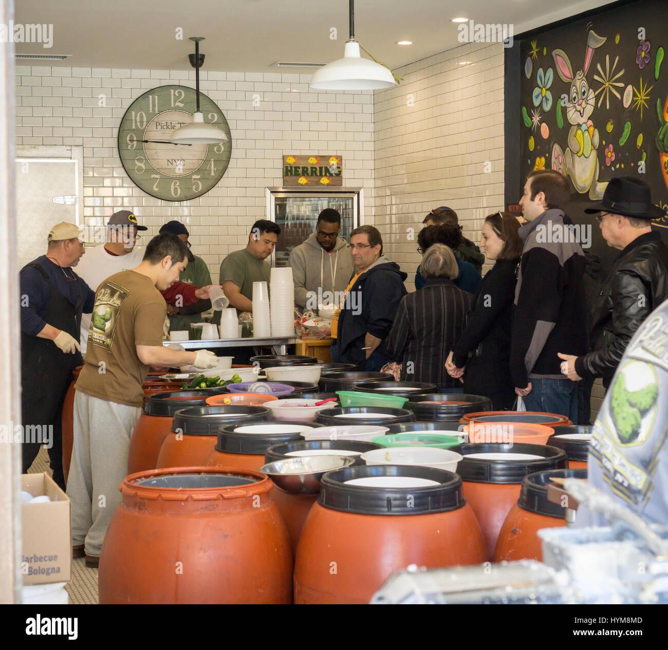 I clienti della line up della salomoia ragazzi store nel Lower East Side di New York domenica 2 aprile, 2017 per Immagini Stock
